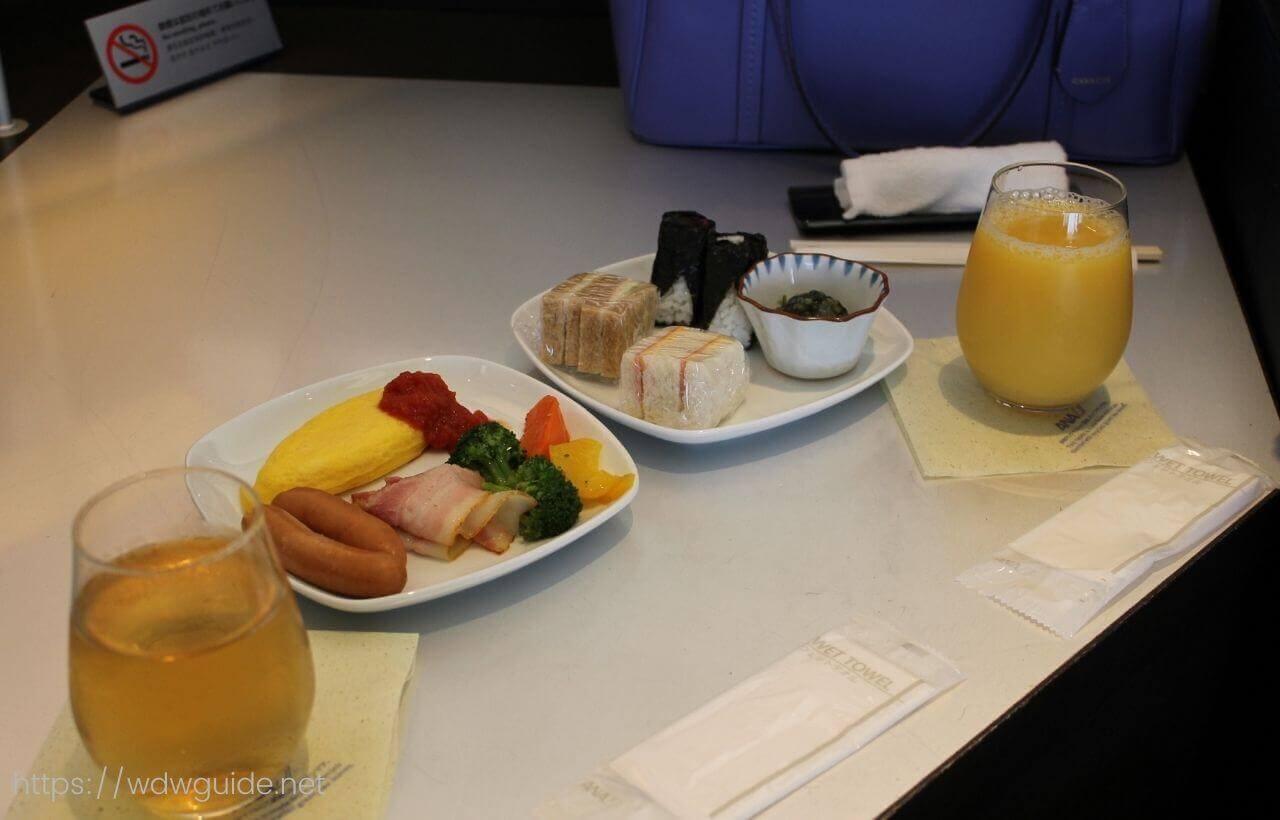 成田空港第一ターミナルのANAファーストクラス用のSUITEラウンジでの朝食