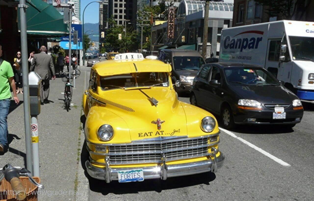 バンクーバーのロブソン通りのタクシー