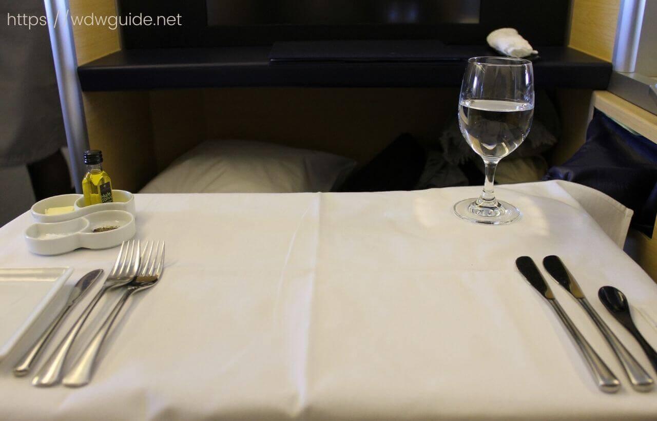 ANAファーストクラス機内食でのテーブルセッティング