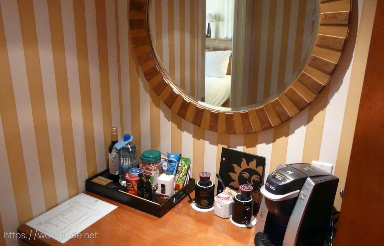 バンクーバーのホテル ル・ソレイユの客室のクローゼット