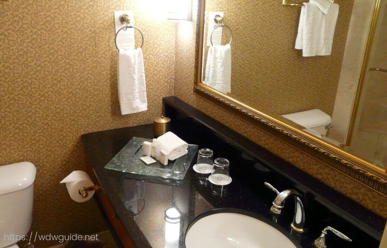 バンクーバーのホテル ル・ソレイユの客室の洗面台