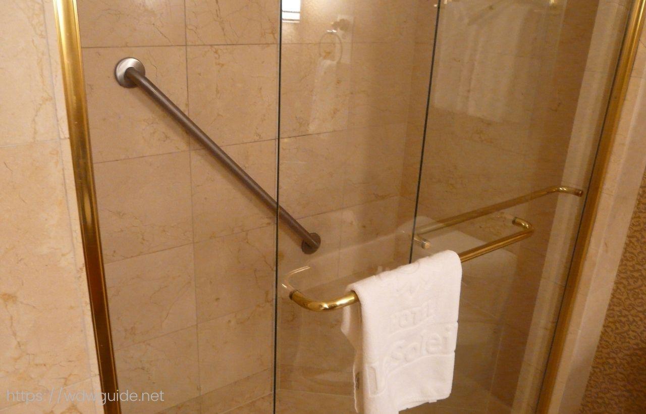 バンクーバーのホテル ル・ソレイユの客室のシャワールーム
