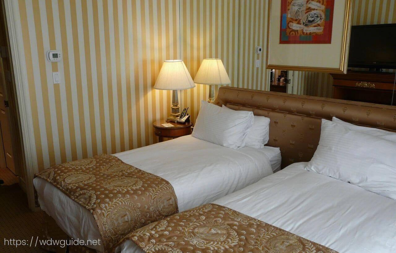 バンクーバーのホテル ル・ソレイユの客室のベッド