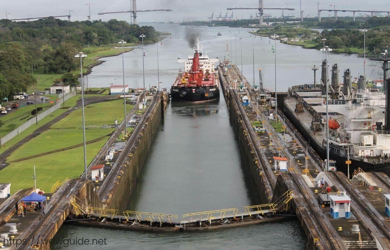 ザイデルダムの後方から見たパナマ運河