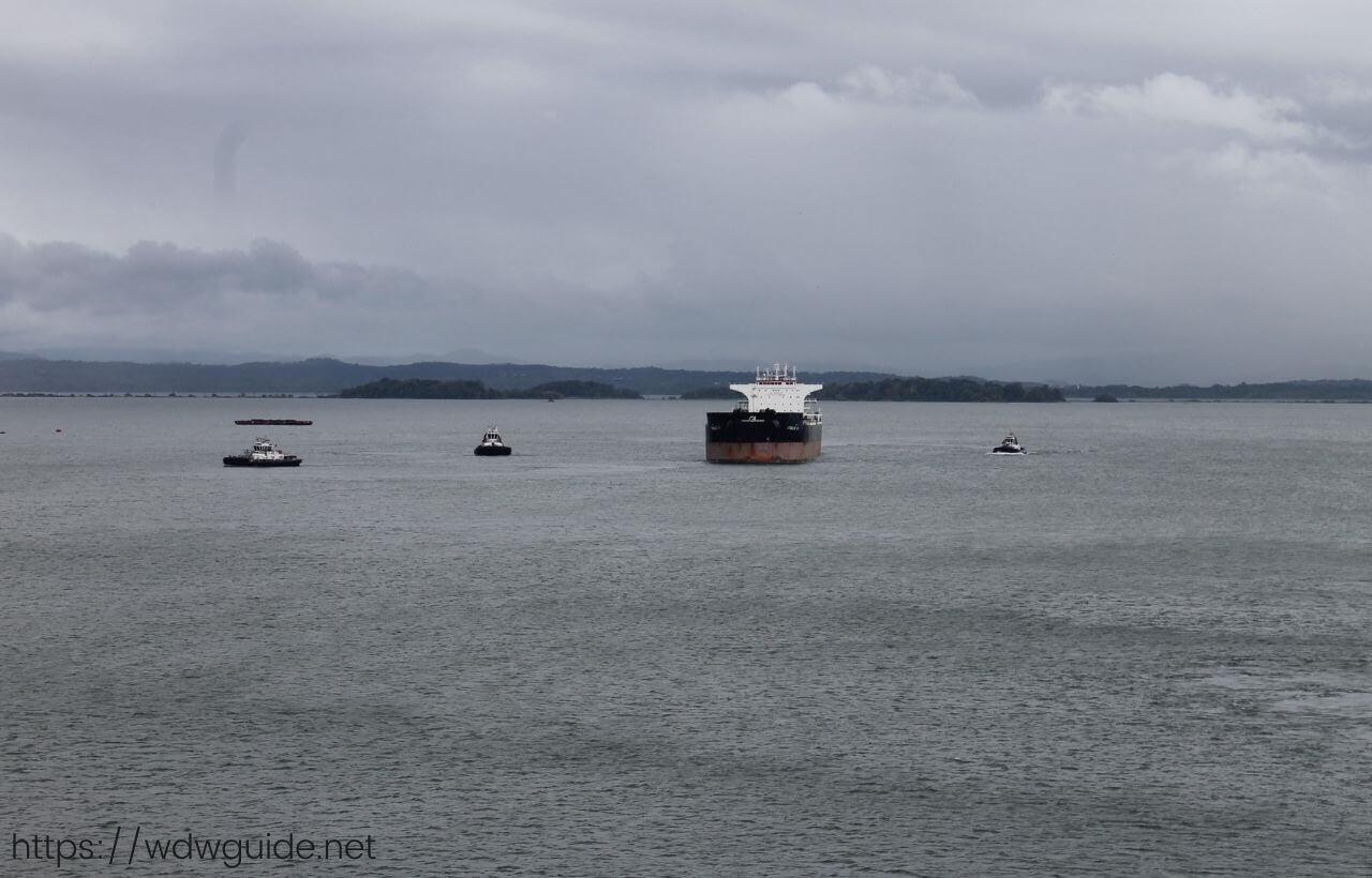 ガトゥン湖に停泊する船