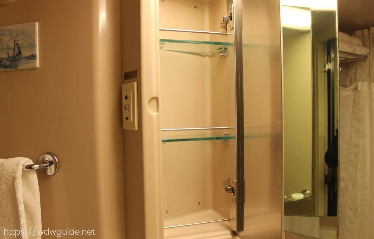 ザイデルダムの客室の洗面の棚