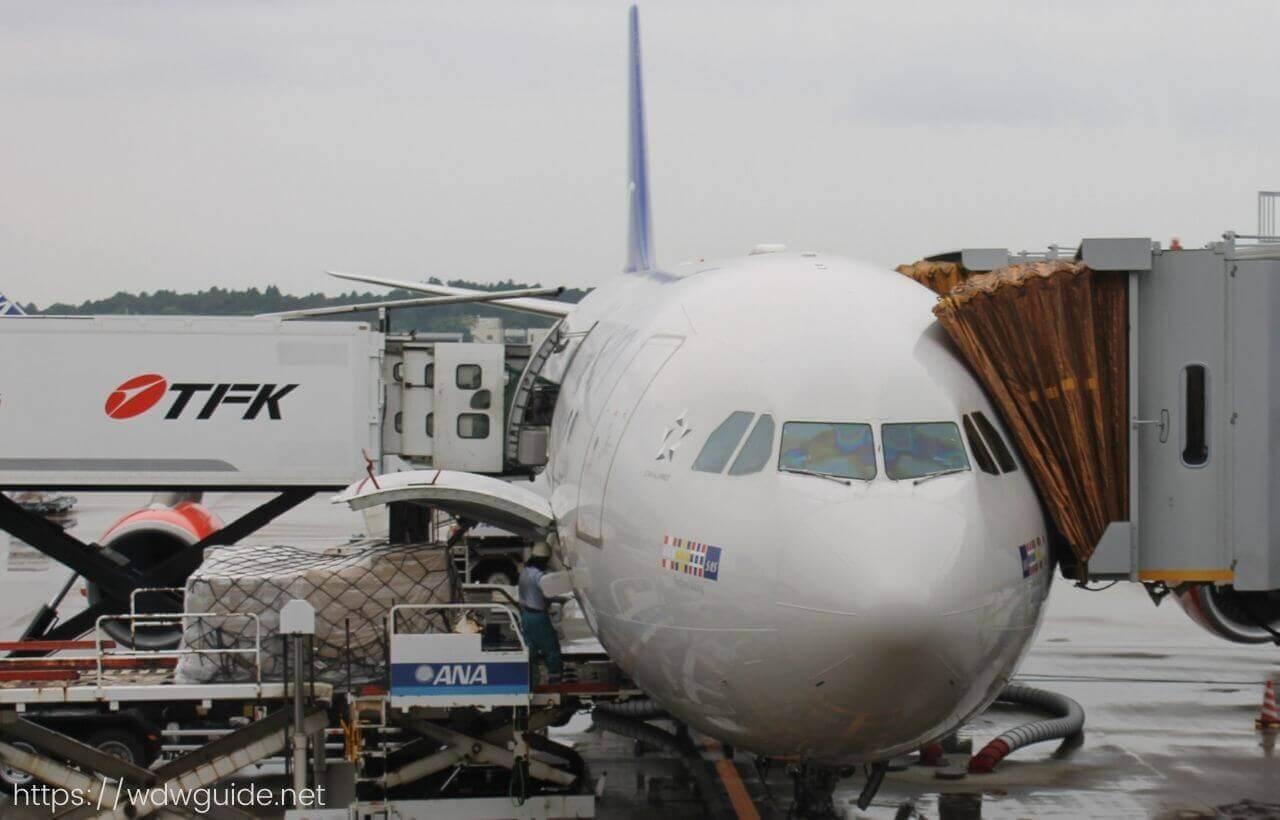 飛行機に横付けしている機内食のトラック