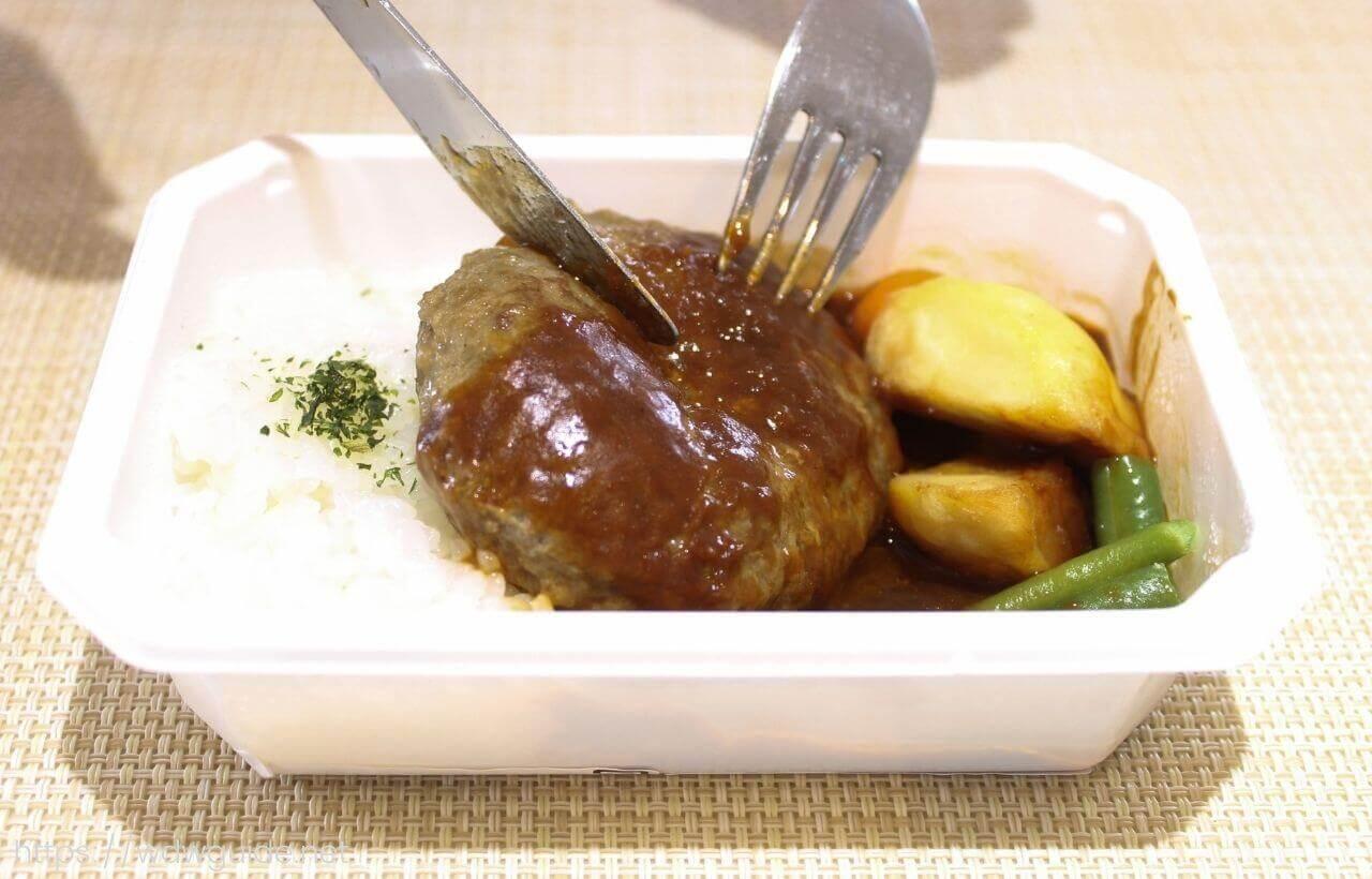 ANA国際線エコノミークラス機内食のビーフハンバーグステーキを切ったとき