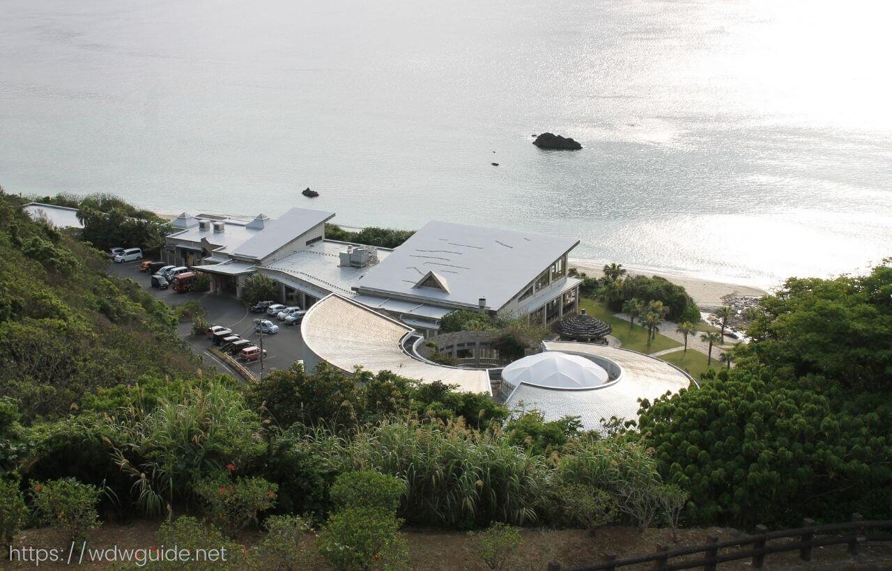 大浜海浜公園の見はらし広場から見た奄美海洋博物館
