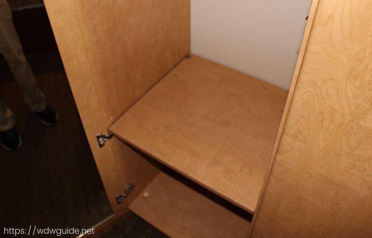 ザイデルダムの客室のクローゼットの棚