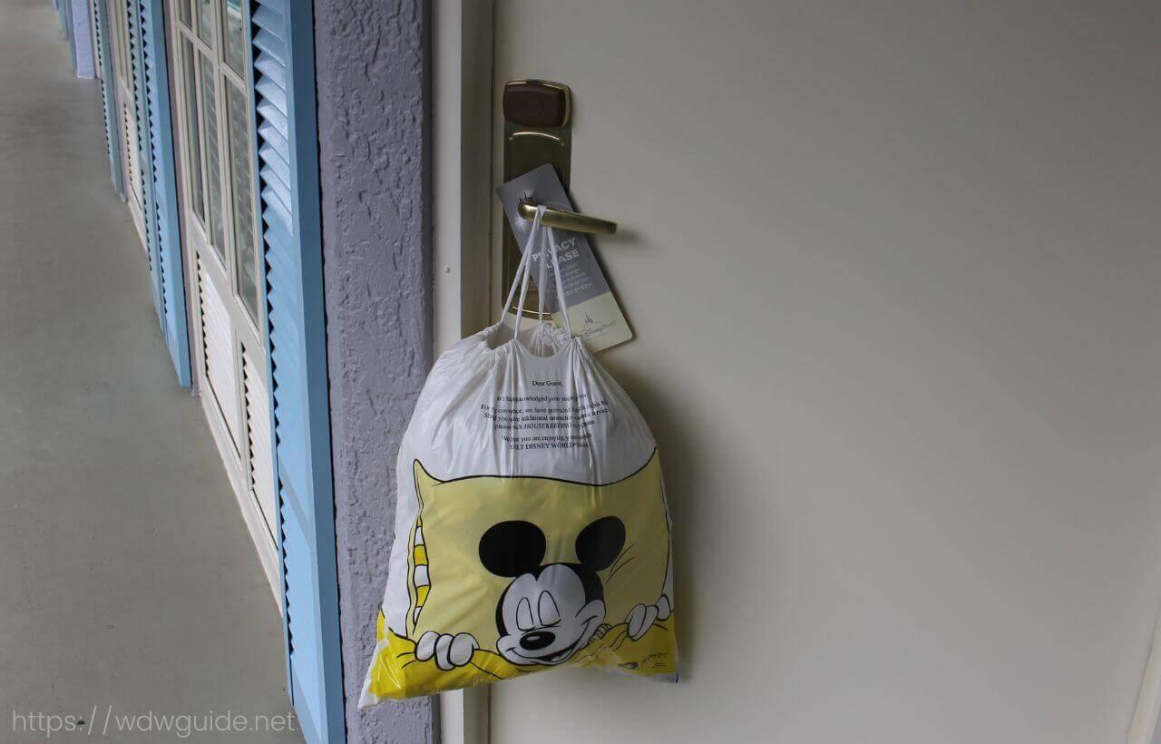 ディズニーポートオーリンズのフレンチクゥーターの客室にかかった袋