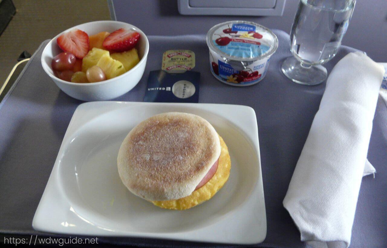 ユナイテッド航空のファーストクラスの朝食