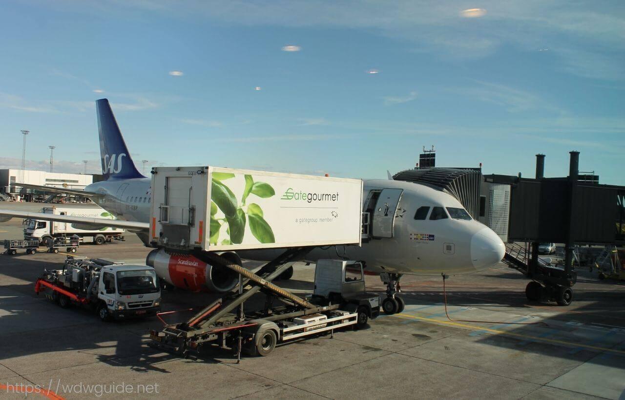 機内食を搬入するゲートグルメのケータリングトラック