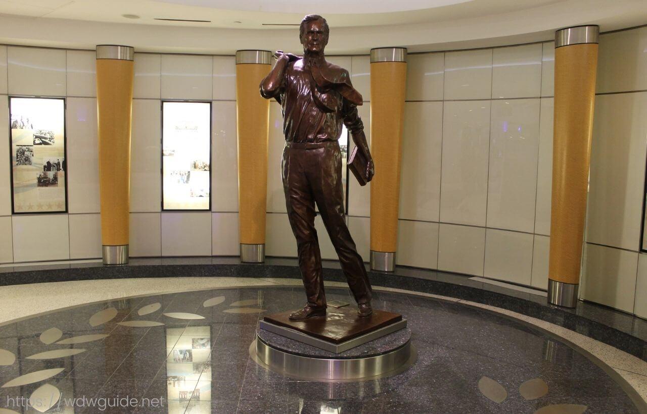 ヒューストン・ジョージ・ブッシュ・インターナショナル国際空港(IAH)のパパブッシュの銅像