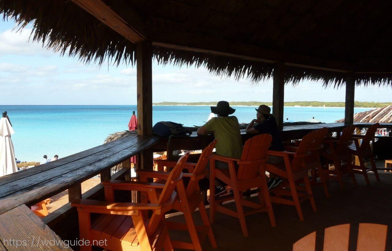 ハーフムーンケイの海を見ながらのバー