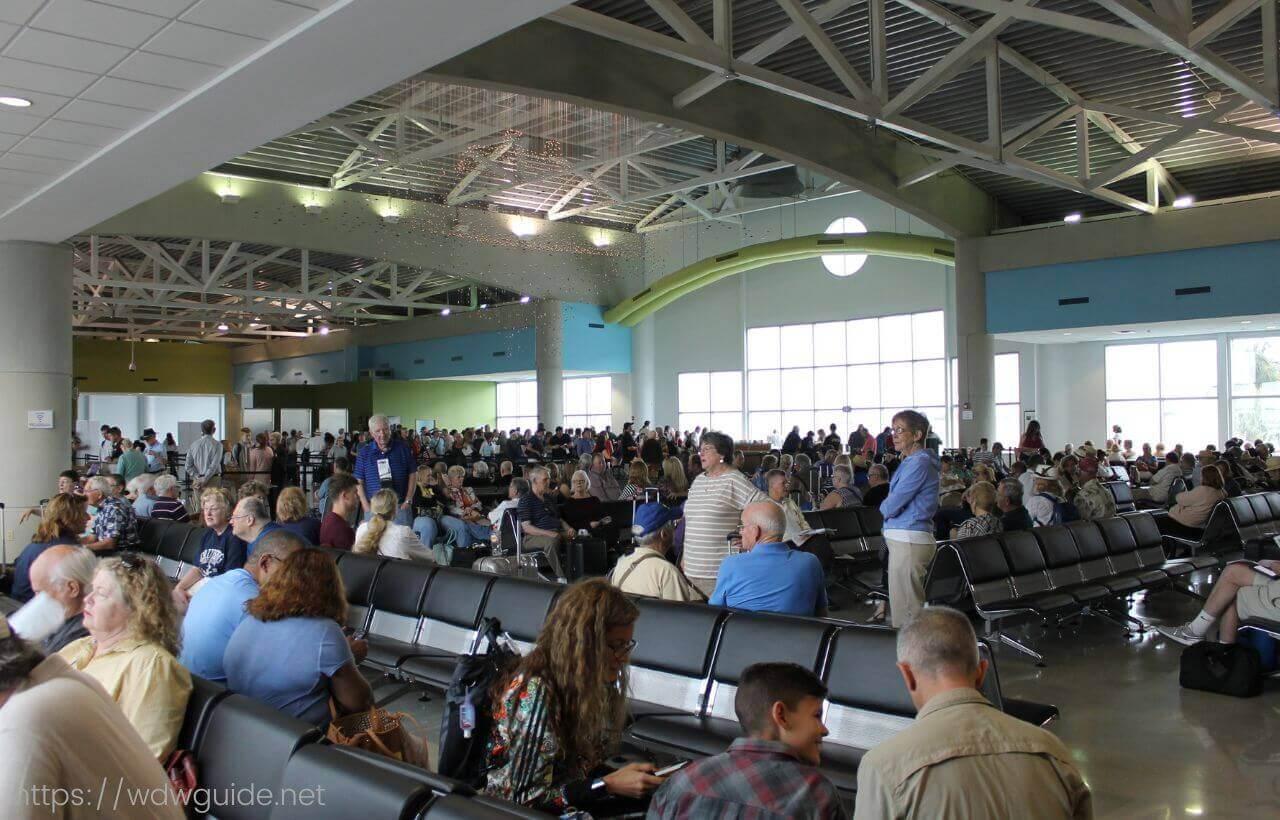 フォートローダーデール港クルーズターミナルポートエバーグレーズの待合室