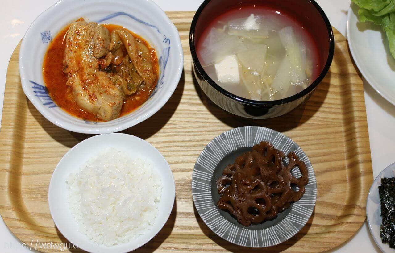 ポークキムチチムに、ヨングンチョリム(韓国レンコンきんぴら)、ポラック(干し鱈)スープ