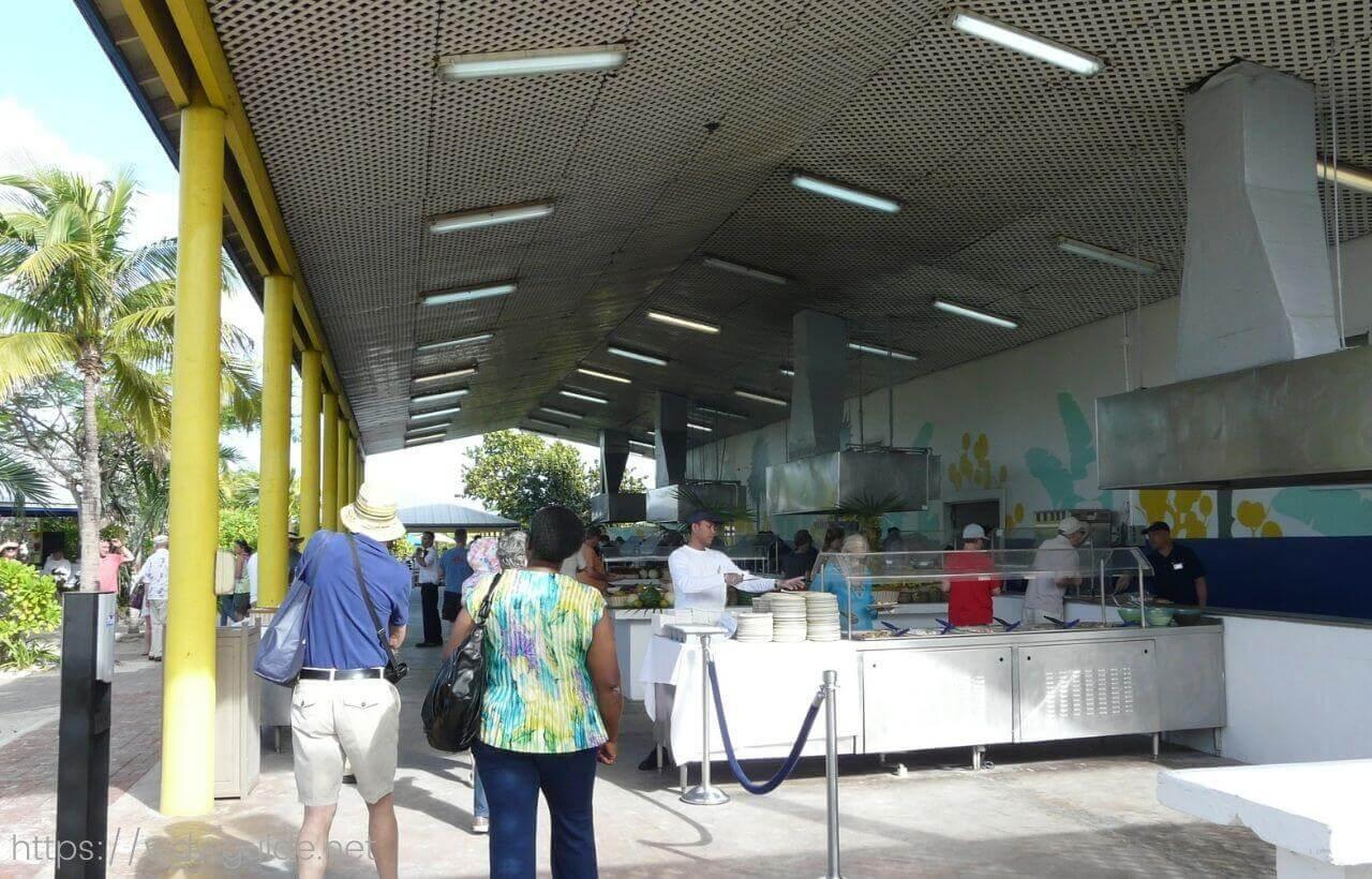 ハーフムーンケイのランチ会場のフードパビリオン