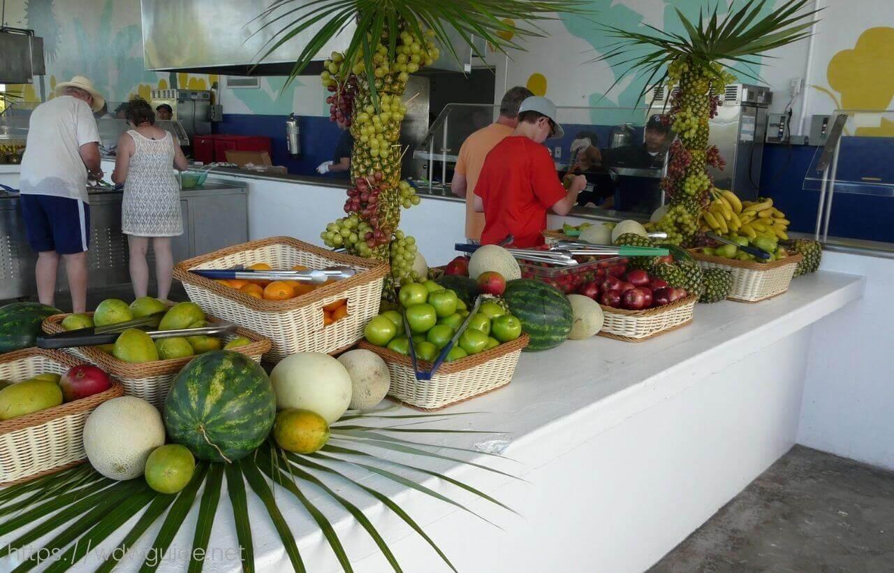 ハーフムーンケイのランチ会場のフードパビリオンの果物
