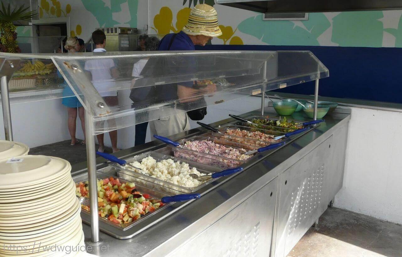 ハーフムーンケイのランチ会場のフードパビリオンのサラダ