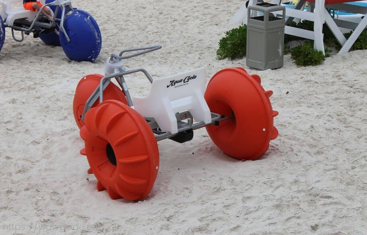 ハーフムーンケイのビーチにあった三輪車