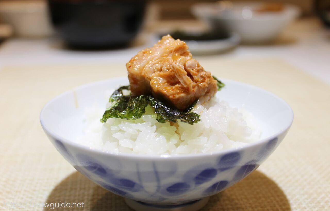 ご飯にのせたキムチチムと韓国海苔