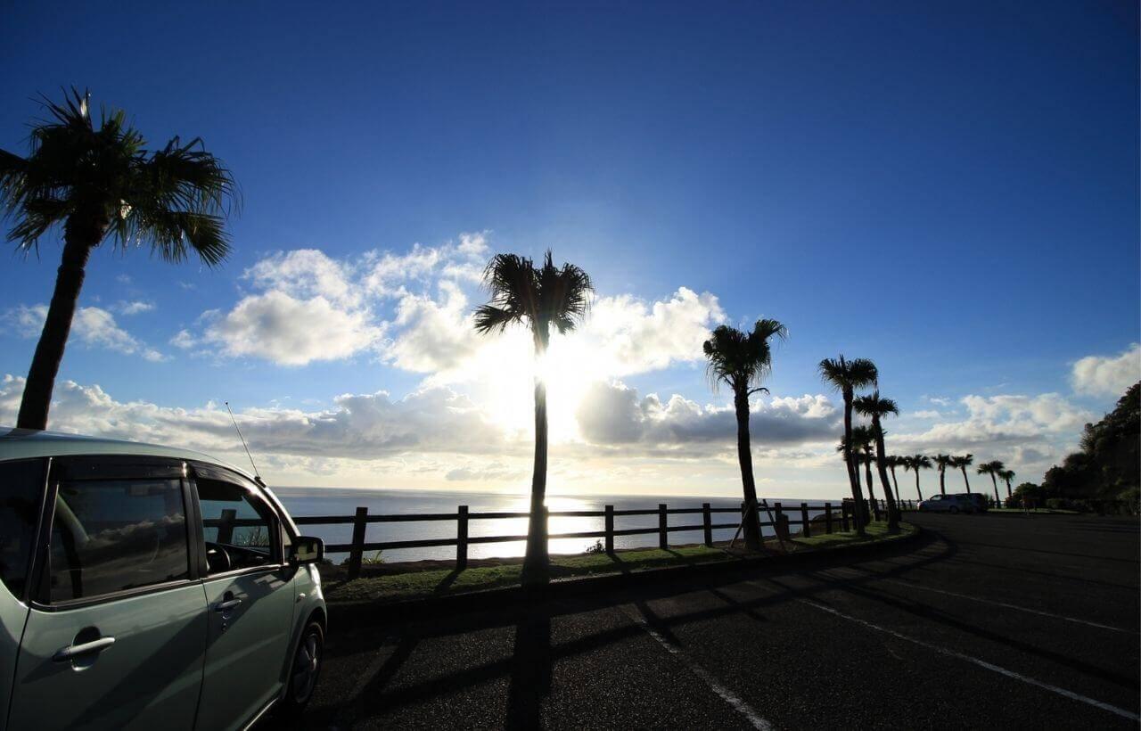 海岸沿いの車